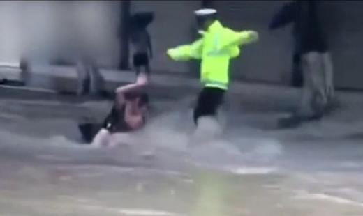 四川南部县:女子被暴雨冲走 交警急追一把拽住