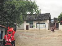 """蒲江县双流村成雨中""""孤岛"""" 成都消防搭绳桥救人"""